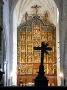 Remate de la reja del coro y retablo al fondo