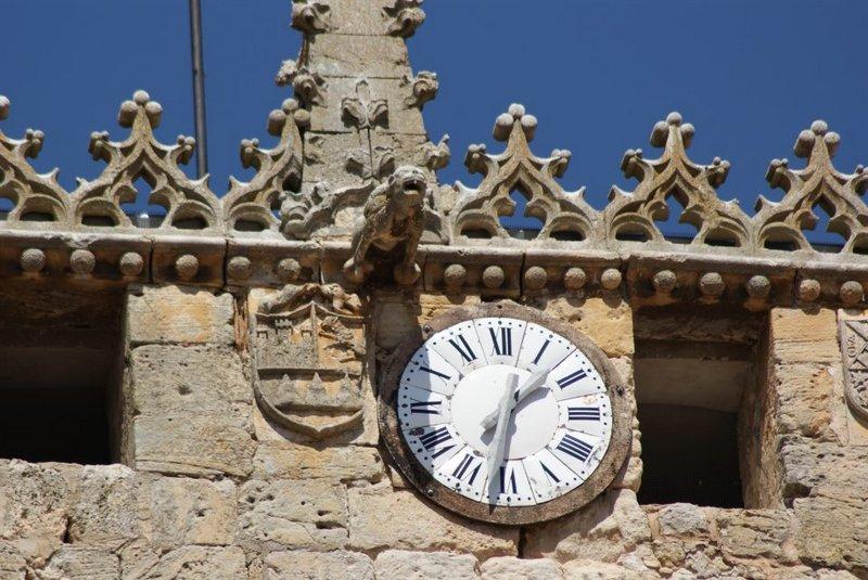 crestería gótica de la torre, con gárgola y reloj