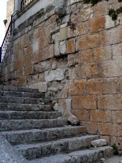 Escalera lateral del lado derecho de la iglesia.