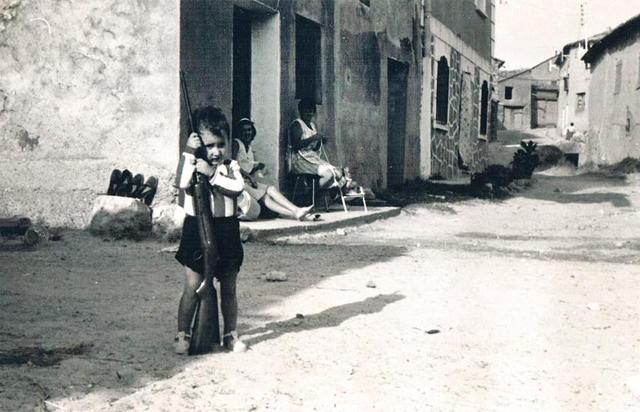 Jugando en la calle (circa 1975)