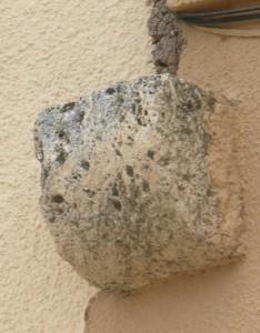 Saliente en piedra en fachada de los Mesones