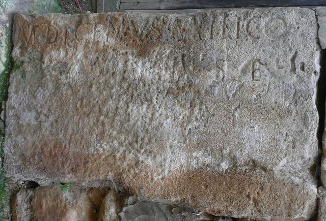 Piedra donde puede verse restos de una inscripción