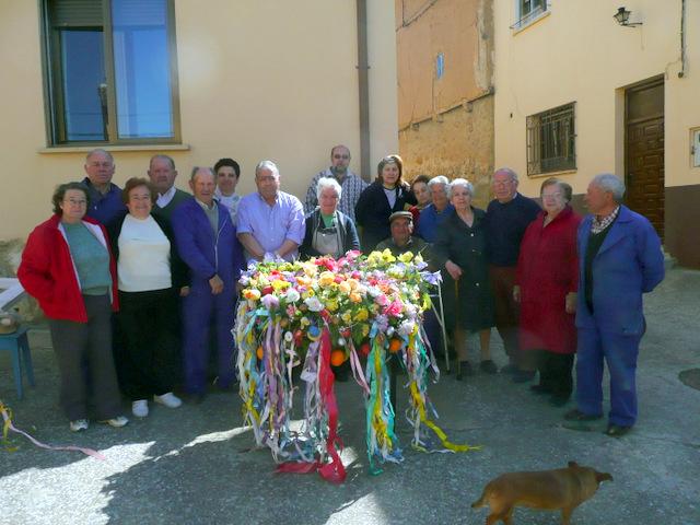 Vecinos de El Vergel ante la corona de la cruz de mayo