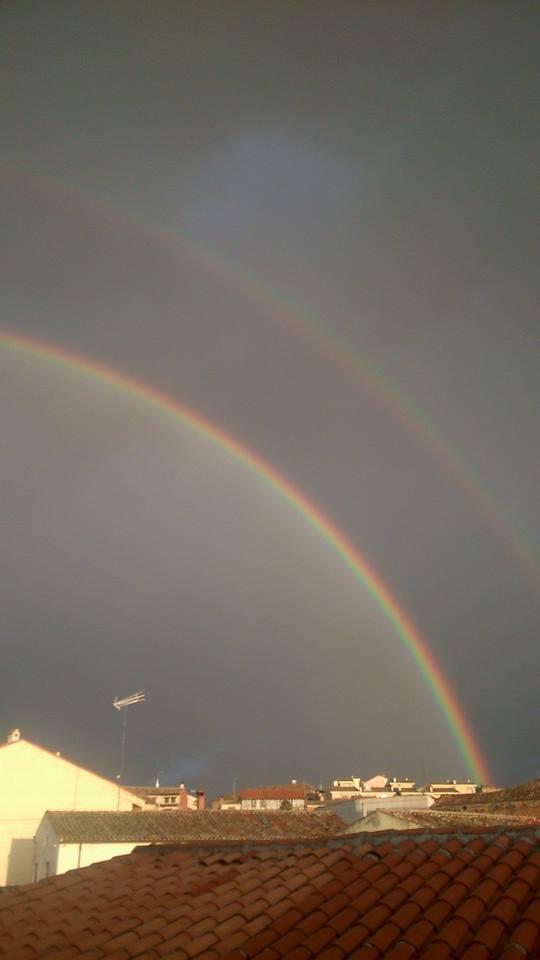 arco iris doble sobre tejados
