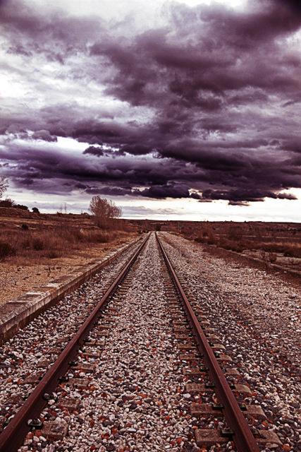 doble vía hacia un paisaje parcialmente nublado