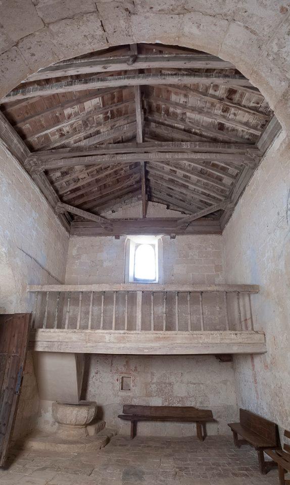 Interior de la ermita de Reveche, coro y cubierta de madera.