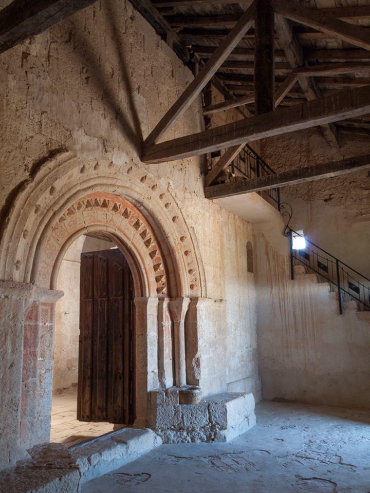 Zaguán de la ermita de Revecha: portada y escalera adosada.
