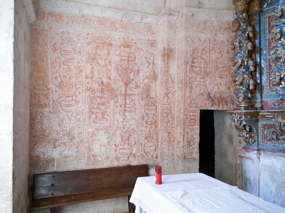 Motivos florales en as paredes del presbiterio