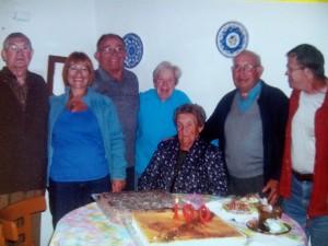 Juanita rodeada de amigos y familiares