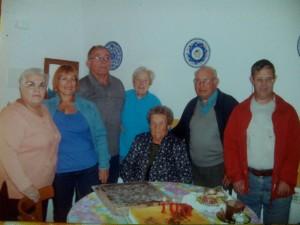 Juanita con amigos y familiares celebrando los 100 años