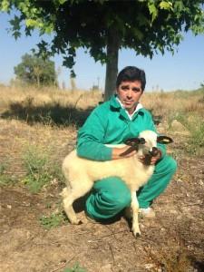 Manolo Yusta en el campo con un corderillo