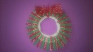 Corona de Navidad hecha con pinzas de la ropa