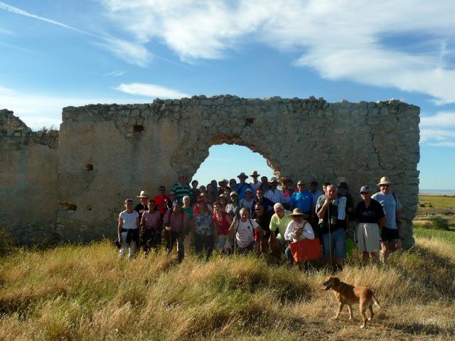foto de familia ante las ruinas de San Martín de Tremello