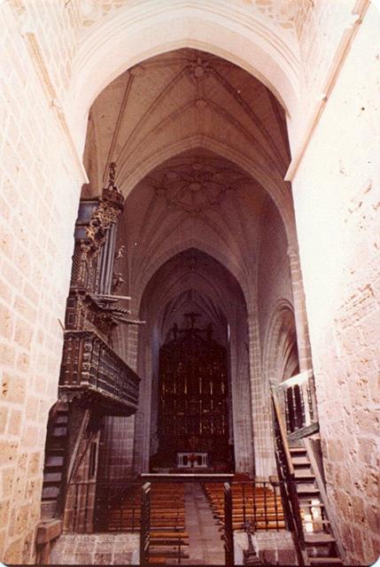 Escalinata de la subida a la plataforma del órgano.