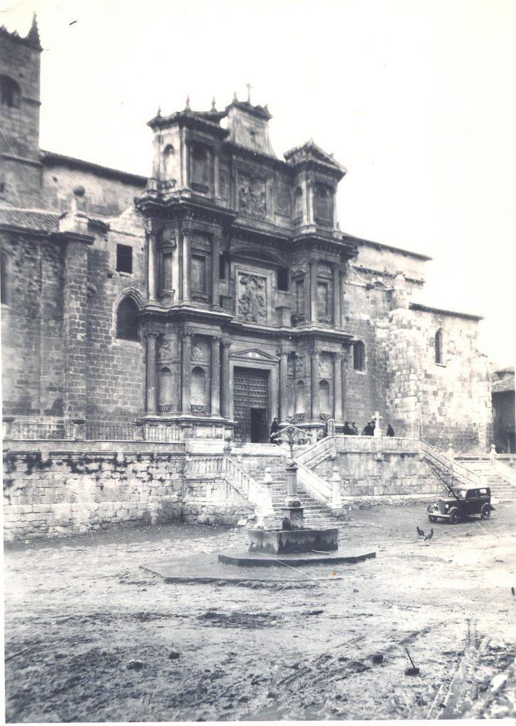 vista de la iglesia y de la fuente