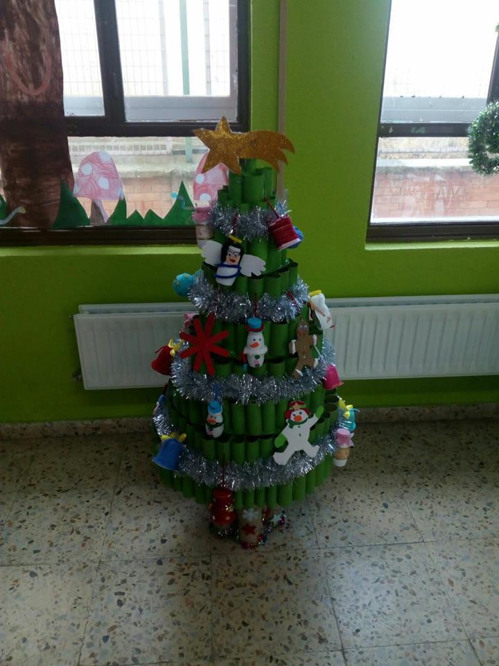 árbol de Navidad hecho con materiales reciclados
