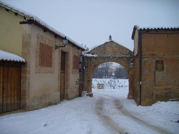 Calle Real nevada. En la nieve se ven las roderas de un vehículo