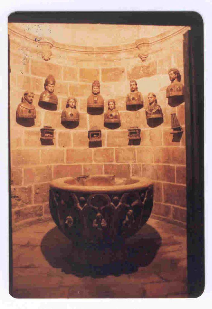 baptisterio con los bustos relicarios en el muro