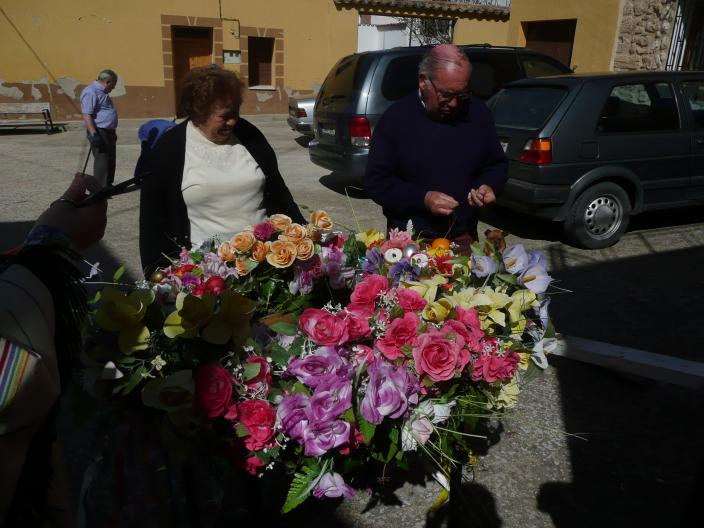 María y Antonio tras de la guirnalda de flores