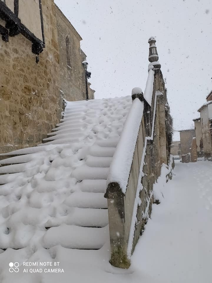 Escalera trasera de la iglesia. Se nota las pisadas.