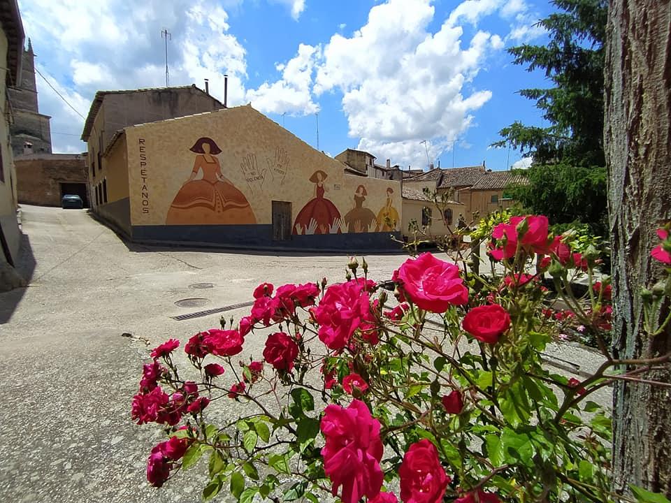 El rosal en primer término y al fondo el mural al completo.